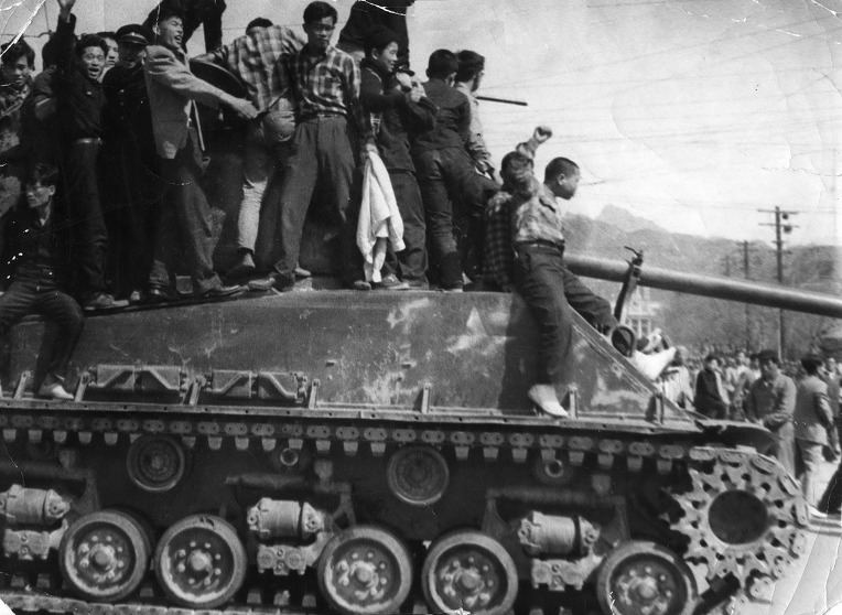 4.19 혁명 당시 성난 서울 시민들의 계엄군 M4A3E8 셔먼 전차대 저지 - Angry Seoul Citizens stopped Korean martial law army M4A3E8 Sherman Tanks