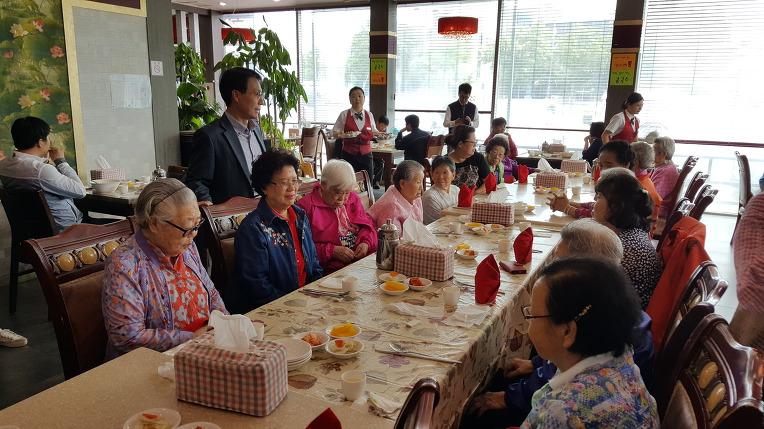 """중화요리 전문점 """"북경"""" 에 가서 코스요리로 외식을 즐겼습니다."""